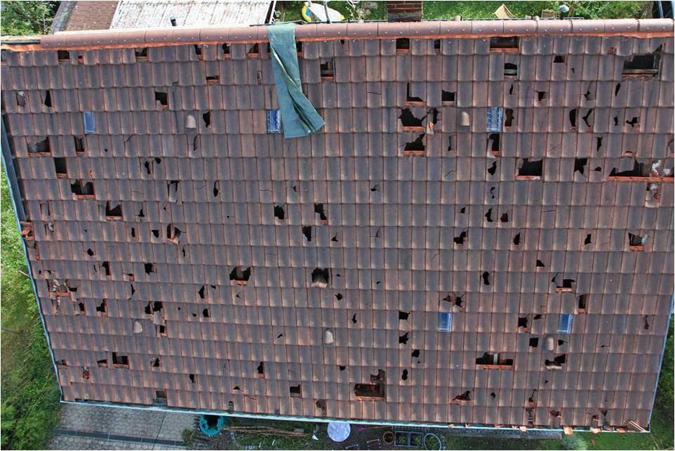 Zerstörte Dachziegel nach dem Hagel-Unwetter in Baden-Württemberg Ende Juli 2013