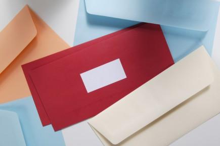 Durch bunte Briefumschläge kann man sich von der Konkurrenz abheben und die Aufmerksamkeit der Kunden gewinnen. © istock.com/YvanDube