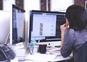 Zum richtigen Bürojob gehört eine fundierte Ausbildung © StartupStockPhotos – pixabay.com