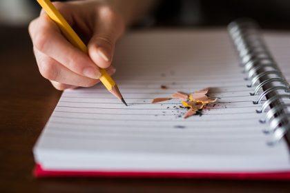 Mit Diktiergerät statt mit gespitztem Bleistift zum Diktat Foto: pixabay
